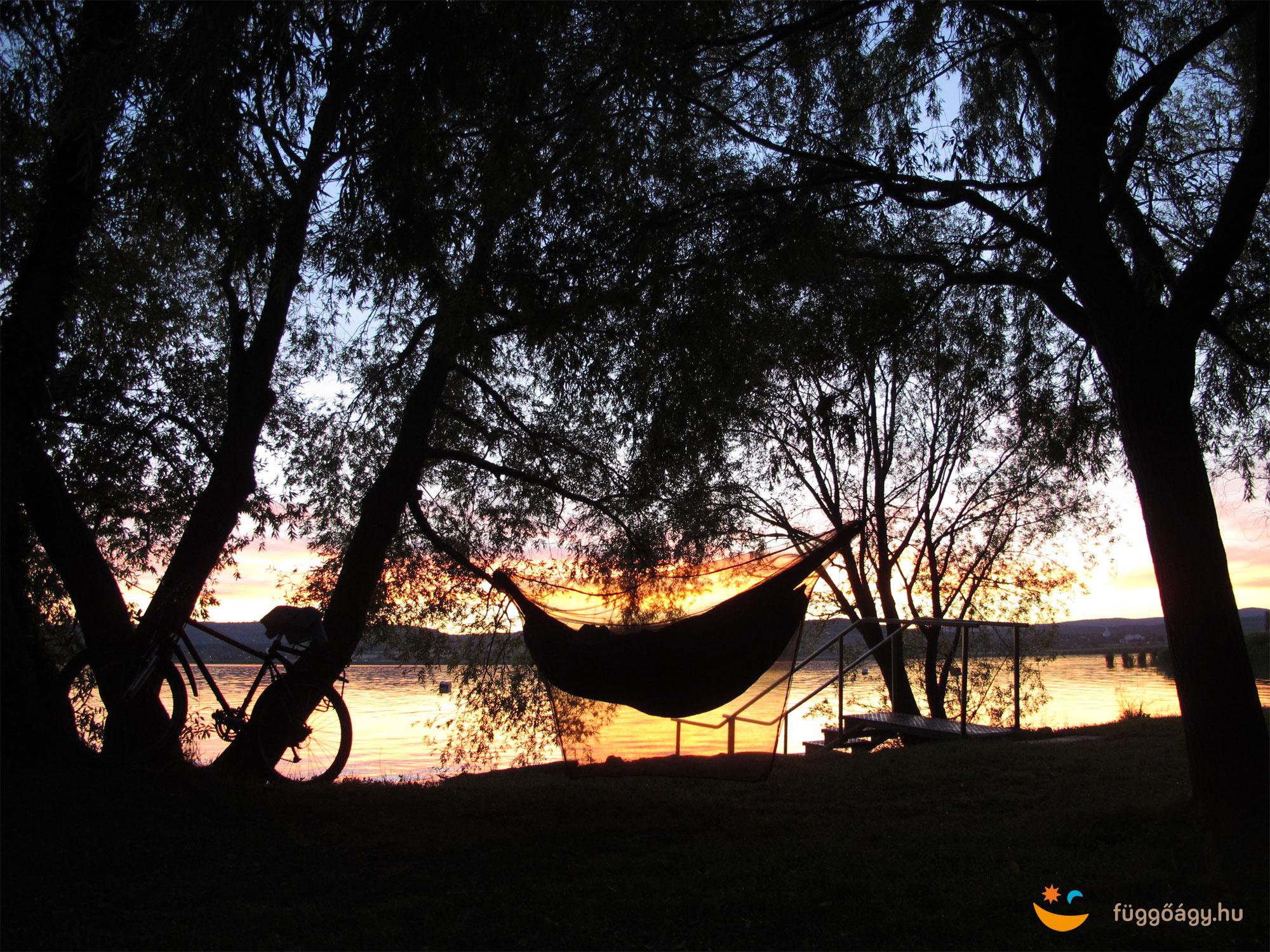 Függőágyban alvás a Balatonparton